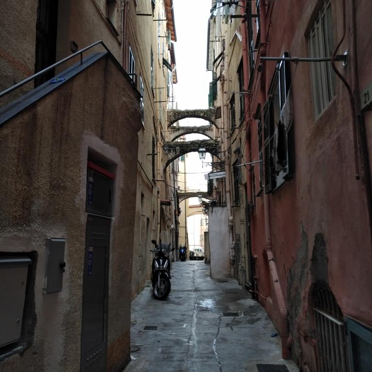 Sanremo. Une rue du centre historique, pas loin du théâtre ARISTON.