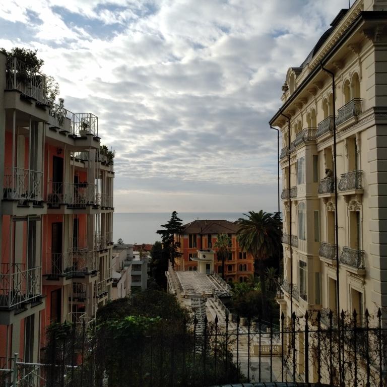 Vue sur la mer à Sanremo. Photo prise des quartiers résidentiels, dans les hauteurs.