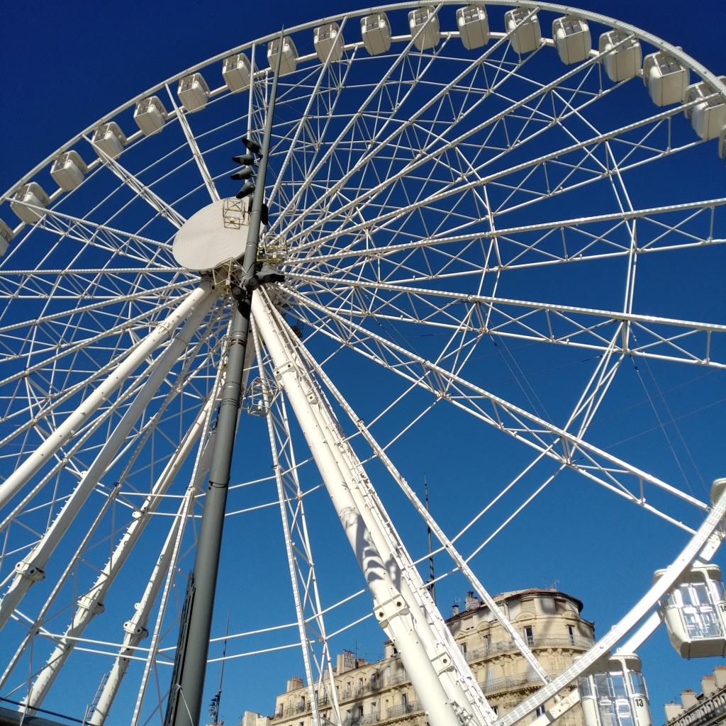 Grande roue sur le Vieux-Port à Marseille.