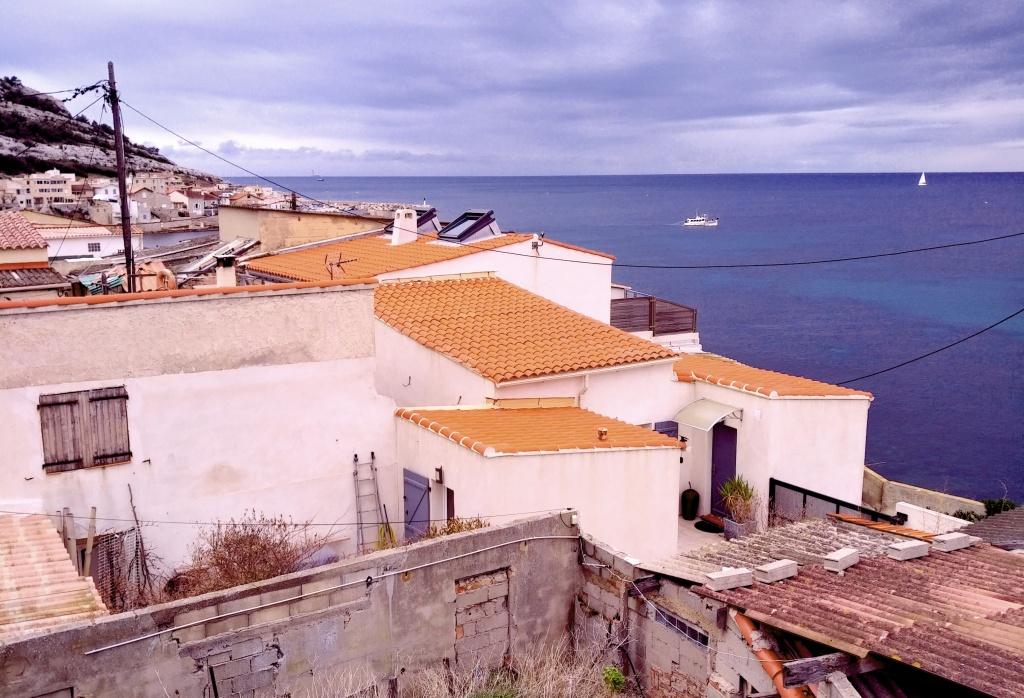 Village de la Madrague, avec ses vieux cabanons mangés par le sel et le vent, et ses ateliers d'artistes.