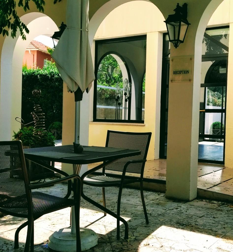Réception et cour intérieure de l'Hôtel New Bompard, dans le quartier très prisé de Bompard, Marseille.