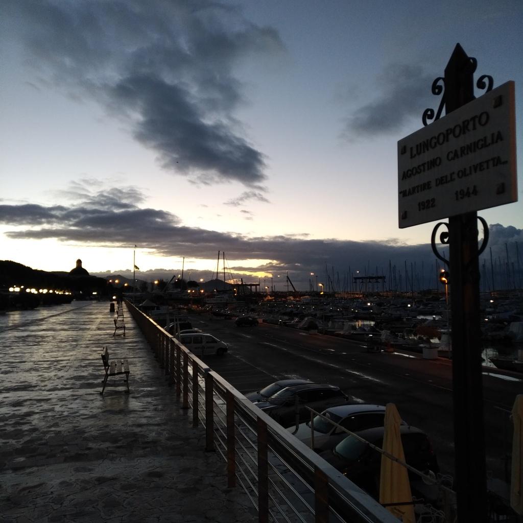 Promenade le long de la mer à Chiavari. C'est encore l'aube, et le jour se lève à peine.