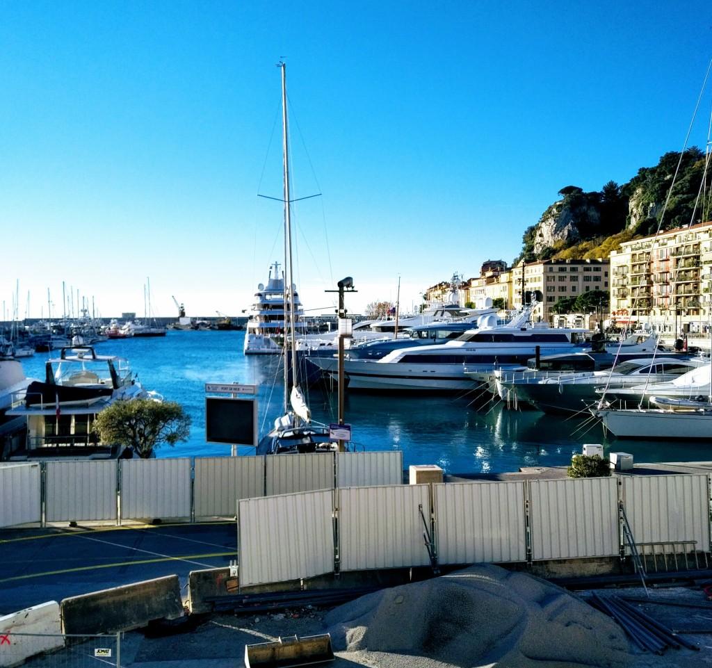 Port de Nice (Nizza) avec ses bateaux de plaisance. Vue partielle de la Colline du Château.