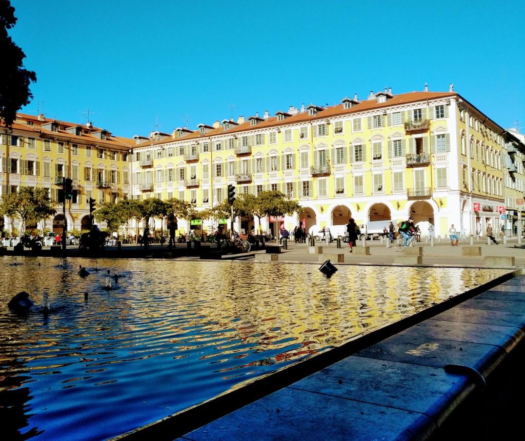 Place Garibaldi dans le Vieux-Nice. On reconnaît l'Italie à la couleur des façades et à la forme ingénieuse des volets escamotables.